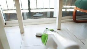 Σκούπισμα με ηλεκτρική σκούπα στο δωμάτιο φιλμ μικρού μήκους