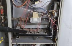 Σκούπισμα με ηλεκτρική σκούπα επισκευαστών μέσα του φούρνου Στοκ εικόνα με δικαίωμα ελεύθερης χρήσης