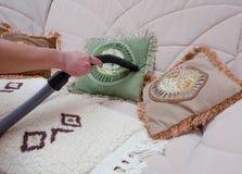 Σκούπισμα με ηλεκτρική σκούπα καναπέδων με την ηλεκτρική σκούπα Στοκ φωτογραφία με δικαίωμα ελεύθερης χρήσης