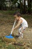 Σκούπισμα μικρών παιδιών Στοκ Εικόνες