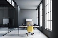 Σκούρο γκρι εργασιακός χώρος γραφείων, κίτρινη καρέκλα ελεύθερη απεικόνιση δικαιώματος