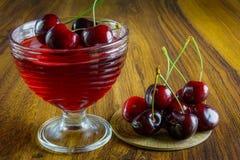 Σκούρο κόκκινο ζελατίνα με τα φρούτα Στοκ εικόνες με δικαίωμα ελεύθερης χρήσης