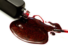 Σκούρο κόκκινο στάλαγμα στιλβωτικής ουσίας και βουρτσών καρφιών σπινθηρίσματος στοκ φωτογραφία με δικαίωμα ελεύθερης χρήσης