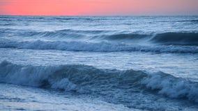 Σκούρο μπλε θαλάσσιο νερό του ωκεανού στα πλαίσια του κόκκινου ουρανού ηλιοβασιλέματος αυγής απόθεμα βίντεο