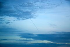 Σκούρο μπλε ουρανός με τα σύννεφα 171015 0027 Στοκ Φωτογραφία