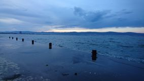 Σκούρο μπλε seascape αποβάθρα Στοκ φωτογραφία με δικαίωμα ελεύθερης χρήσης