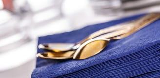 Σκούρο μπλε πετσέτες εγγράφου με τα κουτάλια Στοκ φωτογραφία με δικαίωμα ελεύθερης χρήσης