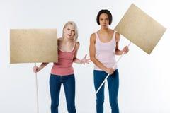 Σκυθρωπές νέες γυναίκες που προστατεύουν τα ανθρώπινα δικαιώματα Στοκ Εικόνα