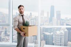 Σκυθρωπό απολυθε'ν άτομο που στέκεται στο γραφείο Στοκ φωτογραφία με δικαίωμα ελεύθερης χρήσης