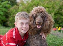 σκυλί αγοριών λίγα Στοκ Φωτογραφίες