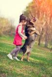 Σκυλί εκπαίδευσης μικρών κοριτσιών υπαίθριο στοκ εικόνες