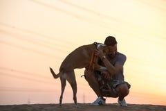 Σκυλί και ένα πρόσωπο έξω για έναν περίπατο στοκ εικόνα