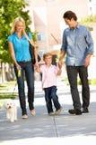 Σκυλί οικογενειακού περπατήματος στην οδό πόλεων Στοκ Φωτογραφία