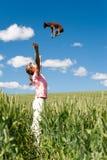 Σκυλί που πέφτει από τον ουρανό μέσα στα όπλα κοριτσιών ` s στοκ εικόνες