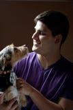 σκυλί το άτομο εκμετάλλ&e στοκ εικόνες