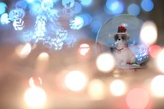 Σκυλί Χριστουγέννων σφαιρών χιονιού, κινεζικό ζωικό zodiac το 2018 είναι το yea στοκ εικόνα με δικαίωμα ελεύθερης χρήσης