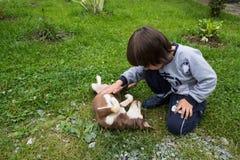 Σκυλί αγκαλιάς αγοριών Στοκ φωτογραφίες με δικαίωμα ελεύθερης χρήσης