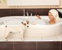 Σκυλί εκτός από τη γυναίκα στο λουτρό Στοκ Εικόνα