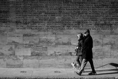 Σκυλί ζεύγους που περπατά την κεντρική οδό Ara Pacis Augustae της Ρώμης Στοκ φωτογραφία με δικαίωμα ελεύθερης χρήσης