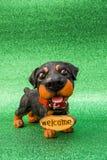 Σκυλί με την υποδοχή επιγραφής Στοκ φωτογραφία με δικαίωμα ελεύθερης χρήσης