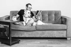 σκυλί οι νεολαίες ατόμω& Στοκ Φωτογραφία