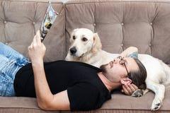 σκυλί οι νεολαίες ατόμω& Στοκ εικόνες με δικαίωμα ελεύθερης χρήσης