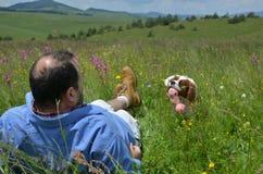 Σκυλί που επαναφέρει το παιχνίδι στο καλύτερο φίλο του Στοκ Εικόνα