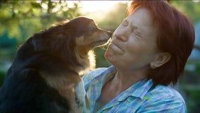 Σκυλί που φιλά την κυρία φιλμ μικρού μήκους