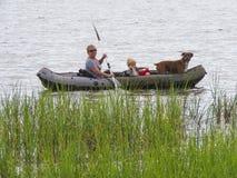 Σκυλί Kayaking μητέρων, γιων και οικογένειας Στοκ φωτογραφία με δικαίωμα ελεύθερης χρήσης