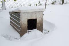 Σκυλόσπιτο στο χιόνι Στοκ φωτογραφία με δικαίωμα ελεύθερης χρήσης