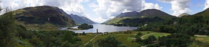 Σκωτία: άποψη της λίμνης Shiel και του μνημείου Glenfinnan στοκ εικόνα