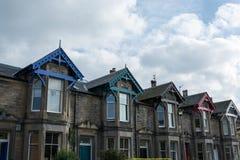 Σκωτσέζικα σπίτια πετρών με τις ζωηρόχρωμες στέγες Στοκ φωτογραφία με δικαίωμα ελεύθερης χρήσης