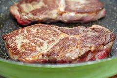 Σκωτσέζικη μπριζόλα λωρίδων που τηγανίζεται στο τηγάνι Στοκ εικόνα με δικαίωμα ελεύθερης χρήσης