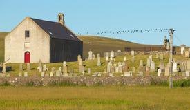 Σκωτσέζικο τοπίο με την εκκλησία και νεκροταφείο σε Shetland Scotlan Στοκ Εικόνες