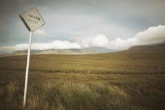 Σκωτσέζικο τοπίο με το σήμα βαλτοτόπου και κυκλοφορίας highlands στοκ εικόνες με δικαίωμα ελεύθερης χρήσης