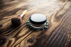 Σκόνη και βούρτσα jewerly στο ξύλινο υπόβαθρο Στοκ φωτογραφίες με δικαίωμα ελεύθερης χρήσης