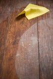 Σκόνη και κίτρινο κουρέλι στο παρκέ στοκ εικόνες με δικαίωμα ελεύθερης χρήσης