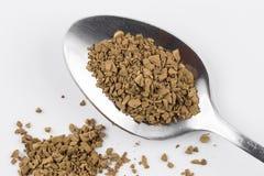 Σκόνη καφέ Decaf στο κουταλάκι του γλυκού στοκ εικόνα με δικαίωμα ελεύθερης χρήσης