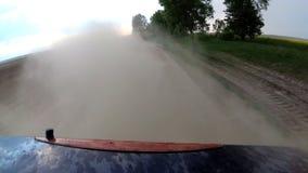 Σκόνη που αυξάνεται από την αυτοκινητική αυτοκινητική οδήγηση ροδών στον αγροτικό δρόμο αμμοχάλικου φιλμ μικρού μήκους