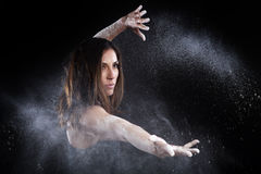 Σκόνη χορού πολεμικών τεχνών στοκ φωτογραφίες