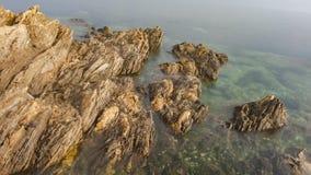Σκόπελοι και κύματα στοκ φωτογραφία