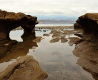Σκόπελος με την τρύπα at low tide στοκ φωτογραφία