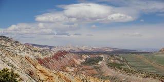 Σκόπελος Capitol, κεντρική Γιούτα, ΗΠΑ Πανοραμική επισκόπηση στην κοιλάδα και τα βουνά με τα όμορφα σύννεφα φακών στο μπλε ουρανό Στοκ Φωτογραφίες