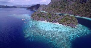 Σκόπελος Malwawey και κήπος κοραλλιών σε Coron, Palawan, Φιλιππίνες Όμορφη φύση με τις κοραλλιογενείς υφάλους και θάλασσα στο υπό απόθεμα βίντεο