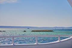 Σκόπελος στη βάρκα θάλασσας Στοκ Εικόνα
