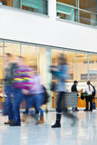 Σκόπιμη θολωμένη εικόνα των ανθρώπων στο εμπορικό κέντρο Στοκ Εικόνα