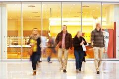 Σκόπιμη θολωμένη εικόνα των ανθρώπων στο εμπορικό κέντρο Στοκ Εικόνες