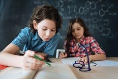 Σκόπιμοι φίλοι που μελετούν τις ξένες γλώσσες στο σχολείο Στοκ εικόνα με δικαίωμα ελεύθερης χρήσης