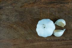 Σκόρδο σε έναν ξύλινο πίνακα Στοκ Εικόνες