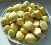 Σκόρδο σε ένα άσπρο πιάτο στοκ εικόνες